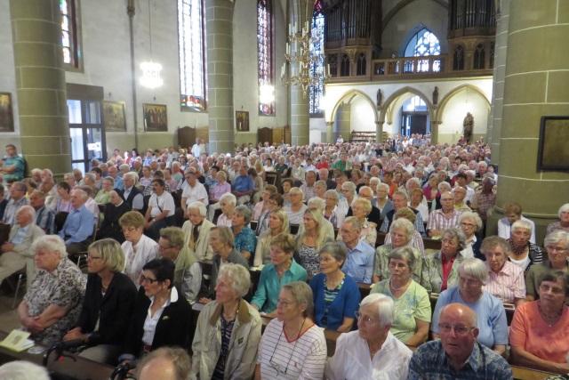 70. Glatzer Wallfahrt in Telgte 2016: Wallfahrer in der vollbesetzten Wallfahrtskirche