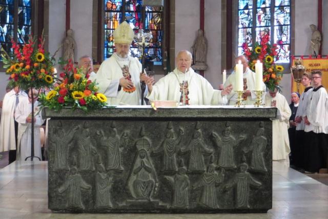 70. Glatzer Wallfahrt in Telgte 2016: Der Apostolische Nuntius Erzbischof Dr. Erwin Ender segnet im Beisein von Großdechant Prälat Franz Jung die Wallfahrer.